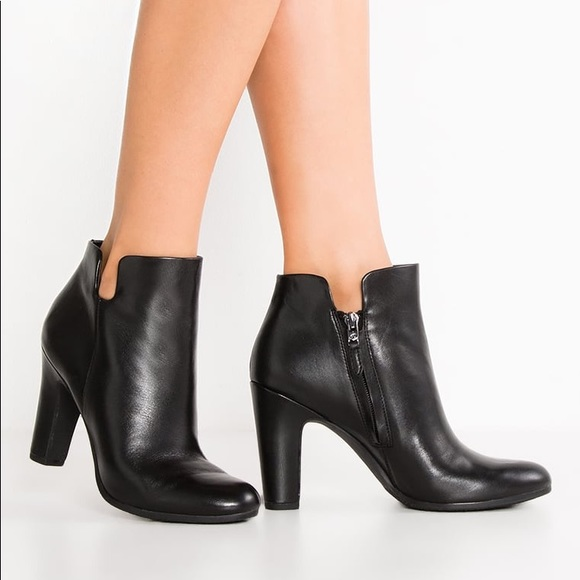 191f30eb20fcd Sam Edelman Black Leather Shelby Ankle Bootie